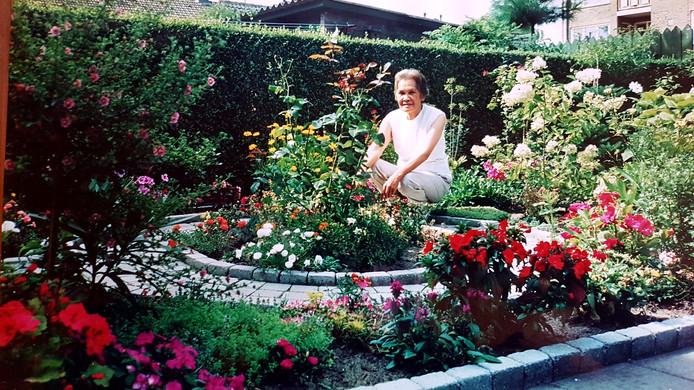 Mevrouw Soewanie de Bie - Buan Phon in de achtertuin.