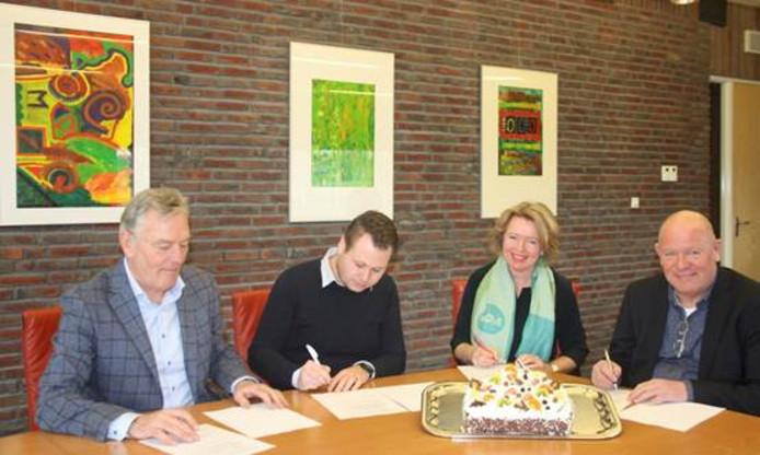Ondertekening van de intentieovereenkomst door Toon Lamers (Kruiswerk Achterhoek), Jeroen aan het Rot (verduurSaam energieloket), Patricia Hoytink-Roubos (wethouder gemeente Berkelland) en Henk Meulenkamp (ProWonen).