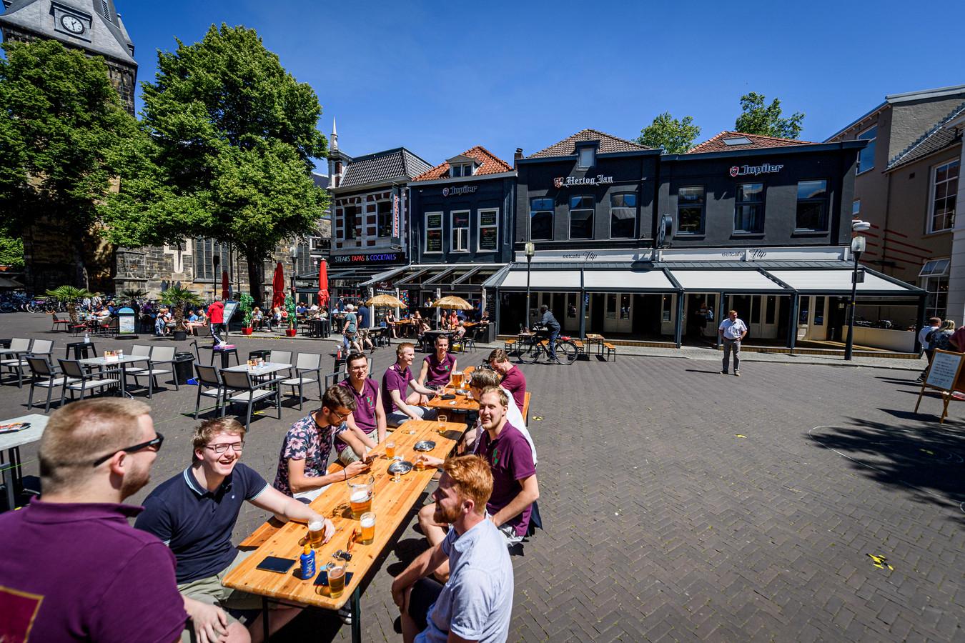 De terrassen in Enschede zijn weer geopend.