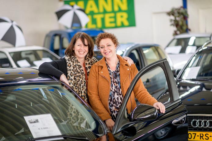 Harriëtte van de Ven (links) en Manuela Heidstra zijn met hun autobedrijf AutoVen volop bezig om mooie tweedehands auto's aan de man (en vrouw) te brengen.