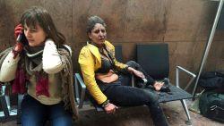 Stewardess van iconische foto na aanslag 22/03 zoekt man die haar verzorgde - Ken jij hem?
