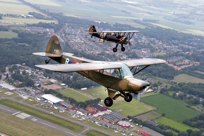 Oude vliegtuigen in actie tijdens een vorige editie van Classic Cars & Aeroplanes: een Piper Supercub en een Boeing Stearman, beide eigendom van het Vliegend Museum Seppe.