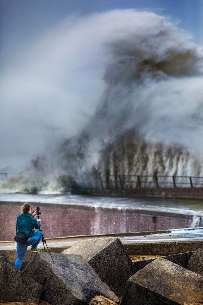 Storm.Uiteenspattende golven voor de Scheveningse haven.(Den Haag 08-01-19) Foto:Frank Jansen