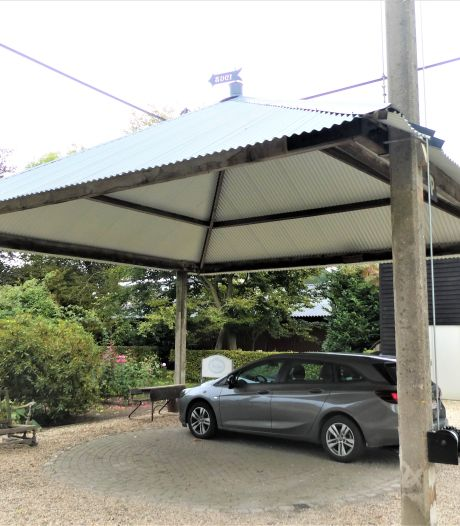 Opgeknapte paraplu-hooiberg is nu parkeerplaats B&B