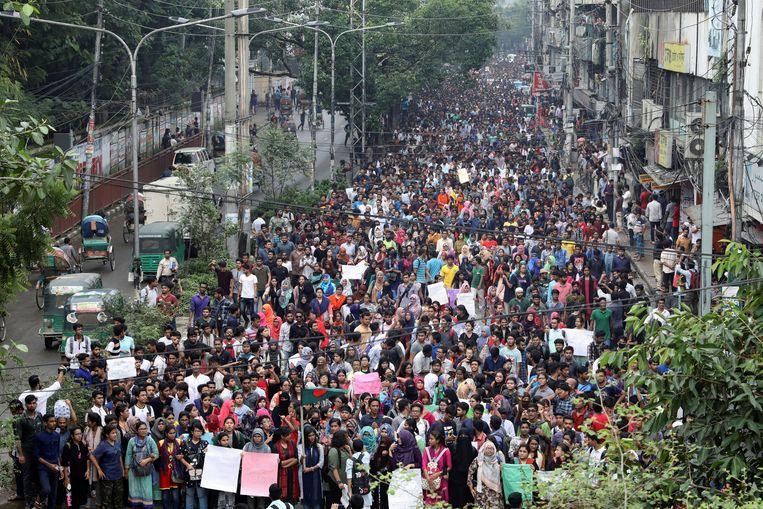 Duizenden studenten in Bangladesh protesteren vanwege recente verkeersongelukken die het leven kostten aan een jongen en een meisje.   Beeld REUTERS/Mohammad Ponir Hossain