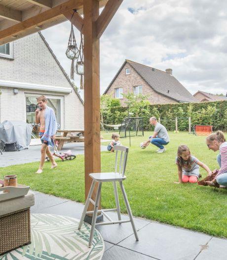 Gezin Vinke geniet van de tuin: 'Voor ons zwembad kunnen we wel tickets verkopen'