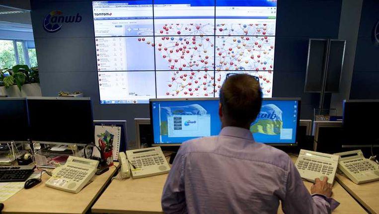 Een medewerkers kijkt naar een scherm met de files in Frankrijk tijdens Zwarte Zaterdag bij de Alarmcentrale. Beeld anp