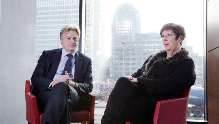 Bij een zakelijk gesprek hoort een zakelijke foto, vindt de VNG. Er mag dus niet gelachen worden door staatssecretaris Martin van Rijn en VNG-voorzitter Annemarie Jorritsma. Beeld Inge van Mill