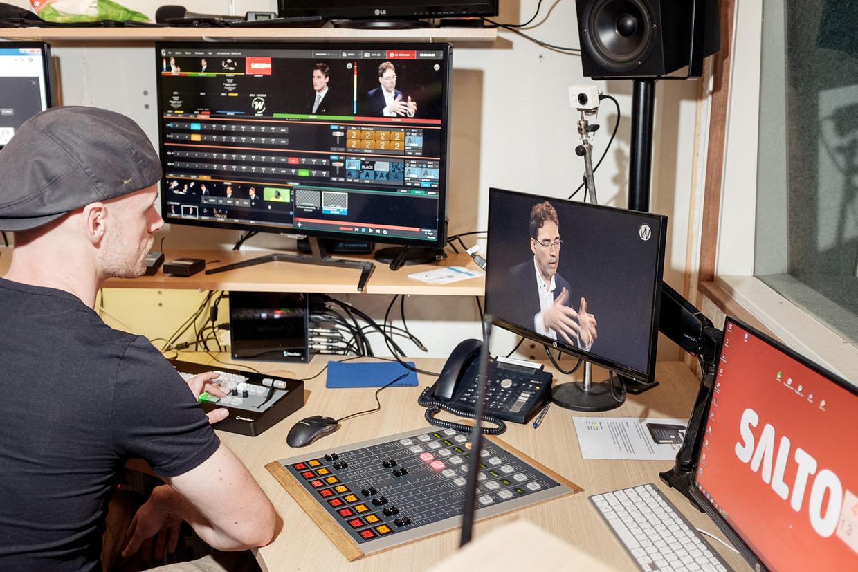 Een Saltomedewerker aan het werk in een van de studio's van de omroep in Pakhuis de Zwijger.