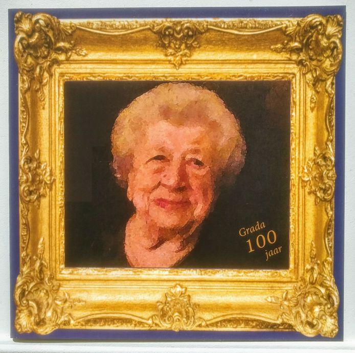 Deze plaat, gemaakt ter ere van verjaardag 100, hing bij de woning van Grada.