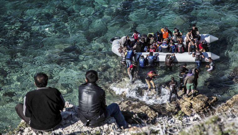 Vluchtelingen gaan bij het West-Turkse Izmir met een bootje op weg naar Griekenland. De vluchtelingencrisis is een groot thema op de G20-top in Turkije. Beeld null