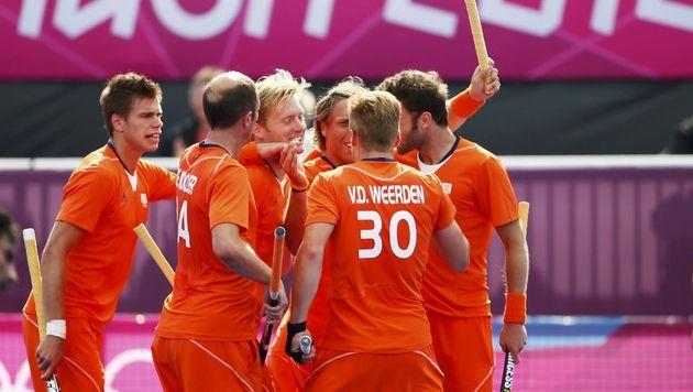 De Nederlandse hockeyers feliciteren Roderick Weusthof met zijn 2-0.