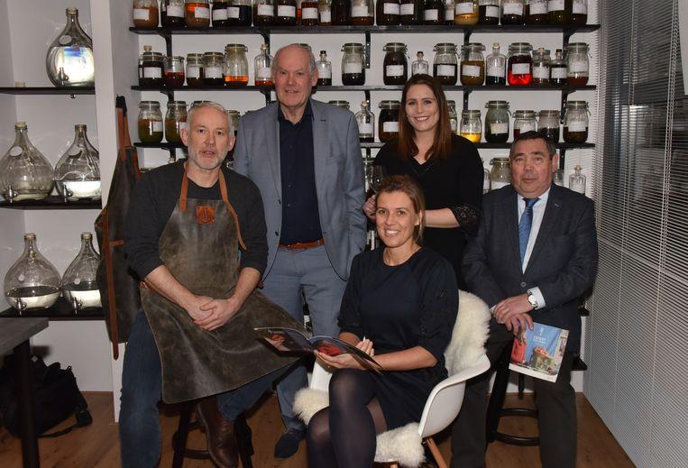 Thomas Cuyvers, Michel Janssen, Leen Matthée, Roger Van Aperen en Faye Van Impe in het proeflokaal van Sterkstokers Distilleries.