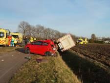 Beknelde automobilist naar ziekenhuis na botsing op N322 bij Almkerk