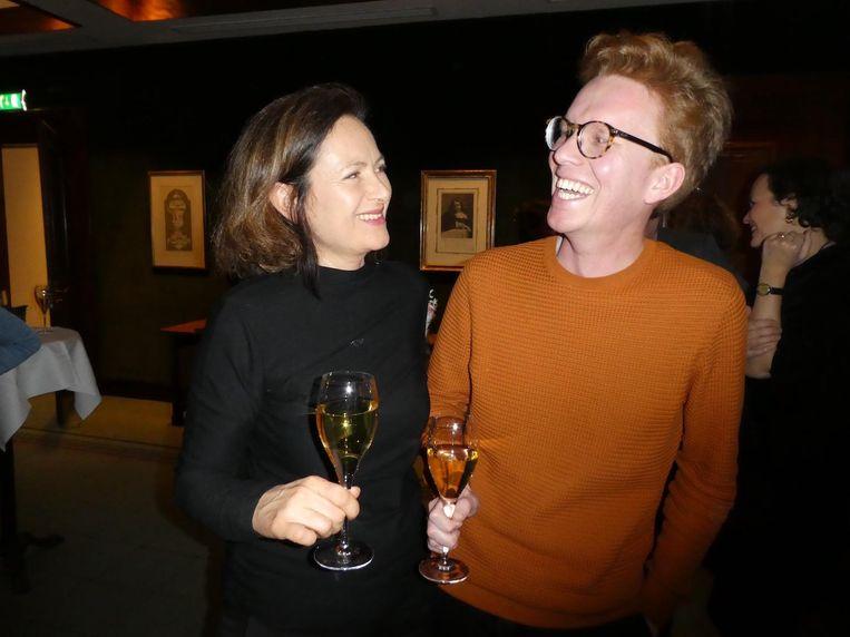 Nathalie Doruijter (Singel uitgeverijen) en Bob Kappen (Athenaeum Boekhandel). Klein gezelschap, niet minder vrolijk. Beeld Hans van der Beek