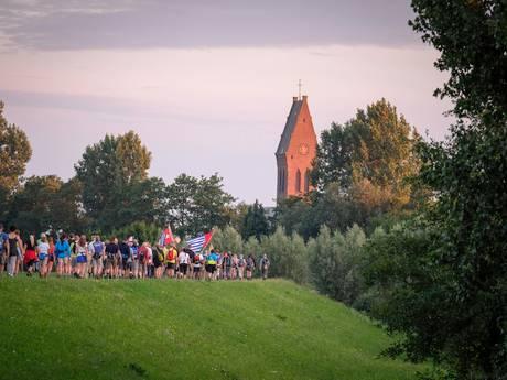 Wandelaars trotseren de Oosterhoutsedijk al vroeg