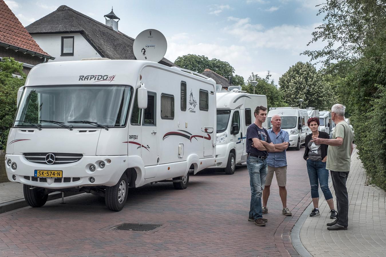 Nu er niet meer geparkeerd mag worden op de Clarenbeekseweg richting zevenheuvelenweg zetten de eigenaren  hun camper maar op de Zevenheuvelenweg in Berg en Dal.