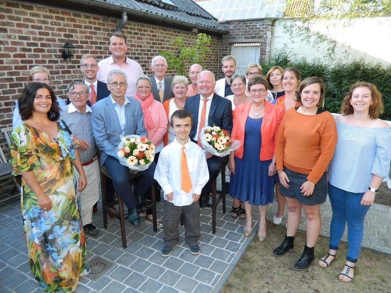 Lijsttrekker Koen Loete en lijstduwer Dirk Van de Velde (met bloemen) met rond zich hun ploeg.