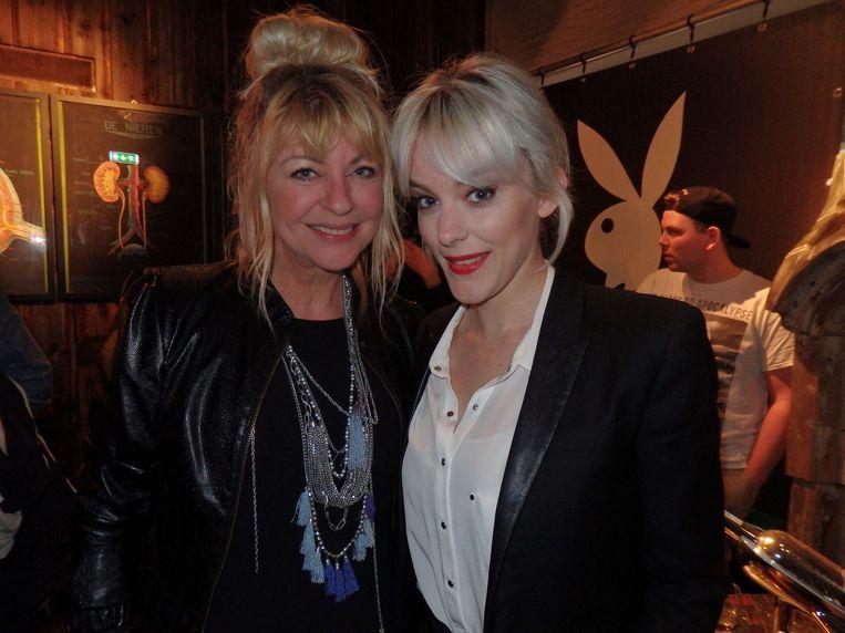 Manuëla Kemp (l) en Stacey Rookhuizen poseerden ook voor Playboy. Kemp: 'En nog in de goede tijd, hè.' Beeld Schuim