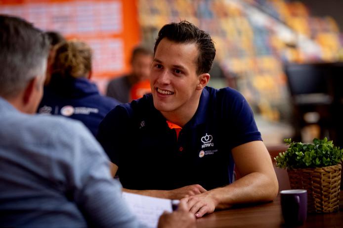 Sam Ligtlee in gesprek met de pers daags voor het EK baanwielrennen waar de Eerbekenaar de kilometer tijdrit rijdt.