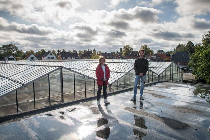Ineke van Essen en Matthijs Aarnoudse op het platte dak van zijn woning aan het Haaksepad, aan de achterzijde van het tuincentrum. Op de plek van de kassen (4,5 meter hoog) komen in het plan van de ontwikkelaar woningen tot 10,5 meter hoog.
