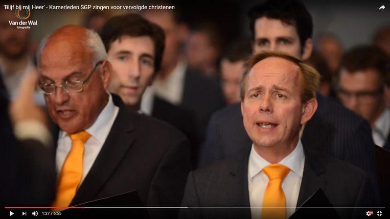 SGP-leider Kees van der Staaij (rechts) zingt 'Blijf bij mij Heer' Beeld Screenshot YouTube