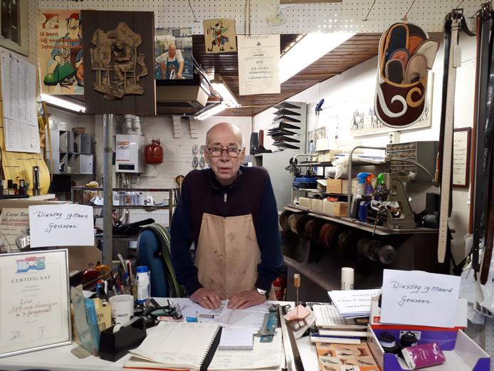 Jan van den Nieuwenhuijzen in zijn werkplaats. Foto Janneke Hobo