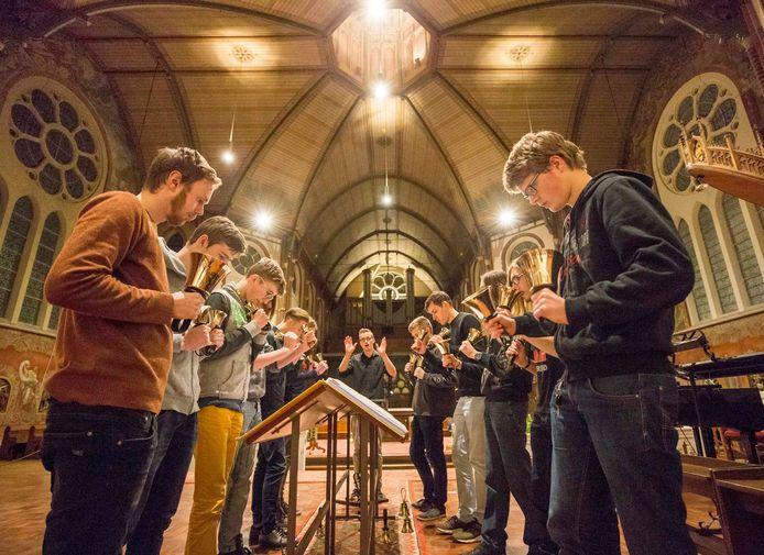 De Bellringers tijdens een oefensessie in de katholieke Maria Magdalenakerk in Goes in 2017.