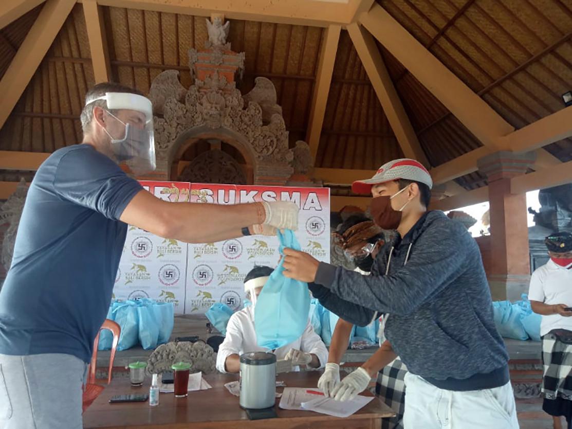Rodney Westerlaken, oorspronkelijk uit Nieuwendijk, woont al toen jaar op Bali. Daar is hij nu een actie begonnen om mensen te steunen die door het inzakken van het toerisme door corona in de problemen zijn gekomen.