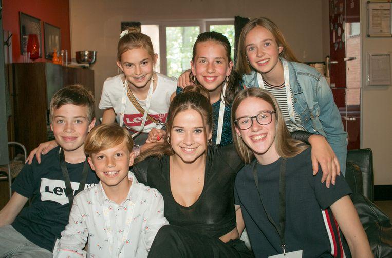 Laura Tesoro met Bram, Dries, Lisa, Yente, Julie en Lore van 'Jeugd voor Jeugdhulp'.
