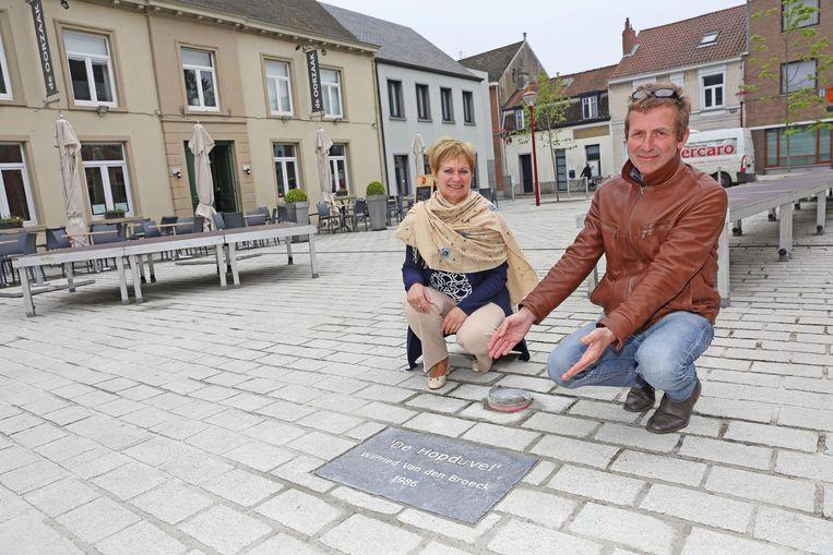 Schepen Rita De Vos en Rudy Breckx bij het naamplaatje voor het vernieuwde hopduvelbeeld. Hier komt het beeld (zie links) vanavond terug te staan.