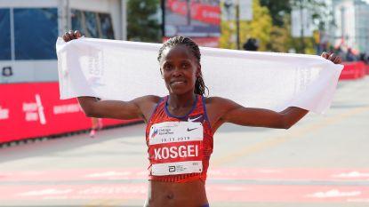 Keniaanse Kosgei verpulvert zestien jaar oude wereldrecord van Paula Radcliffe in Chicago Marathon