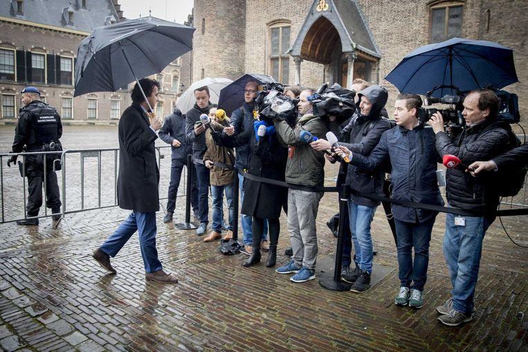 Klaver arriveert op het Binnenhof voor een gesprek met verkenner Schippers. Beeld epa