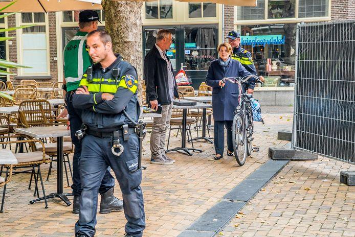 Marja van Bijsterveldt arriveert met haar fiets op de plaats delict om met geschrokken ondernemers te spreken.