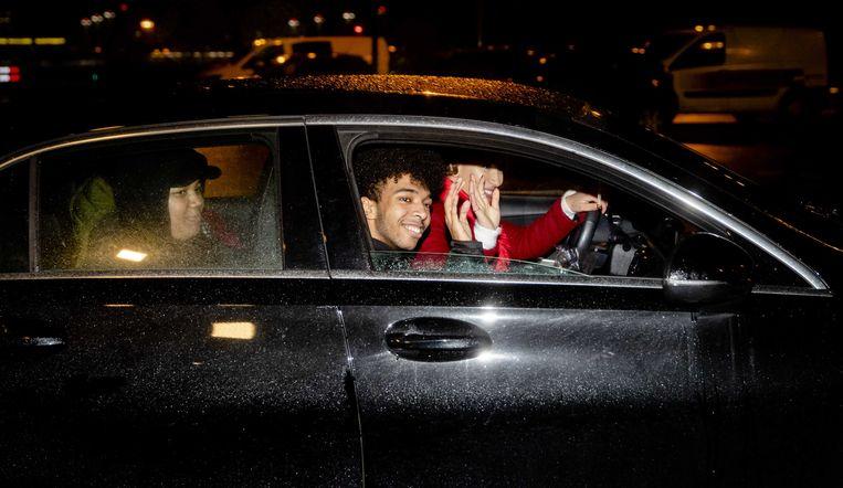 Daniel Buter verlaat het detentiecentrum met juridisch adviseur Maroua Bensalah. Beeld ANP