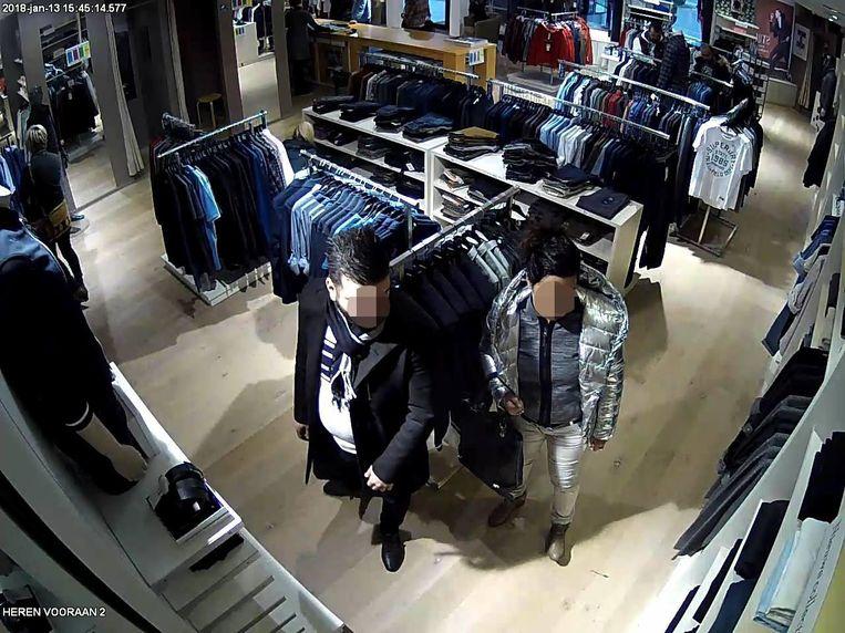 Op camerabeelden is te zien hoe het koppel op zoek gaat naar kleding in Bulté Fashion Store.