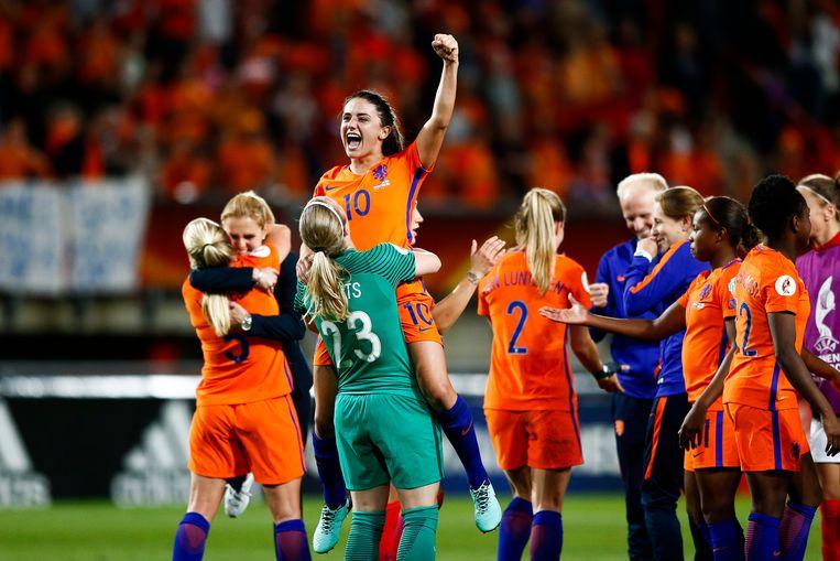 Het dameselftal na de overwinning op Engeland.  Beeld ANP