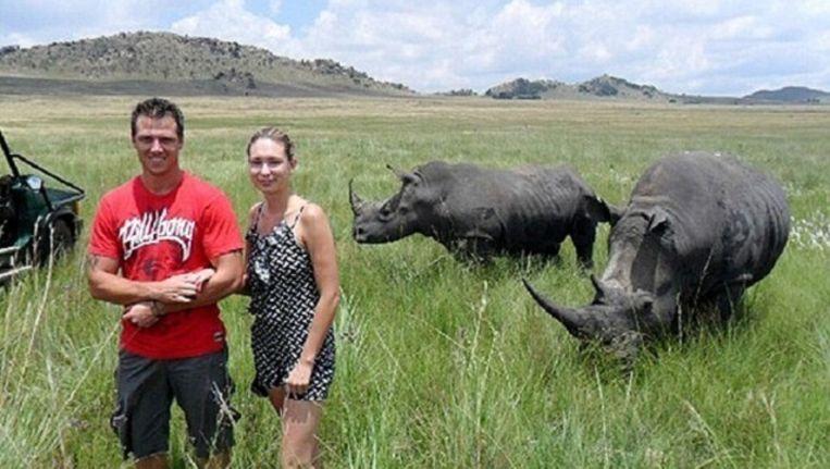 De gewraakte foto. Een fractie van een seconde later zal de neushoorn rechts tot de aanval overgaan. Beeld