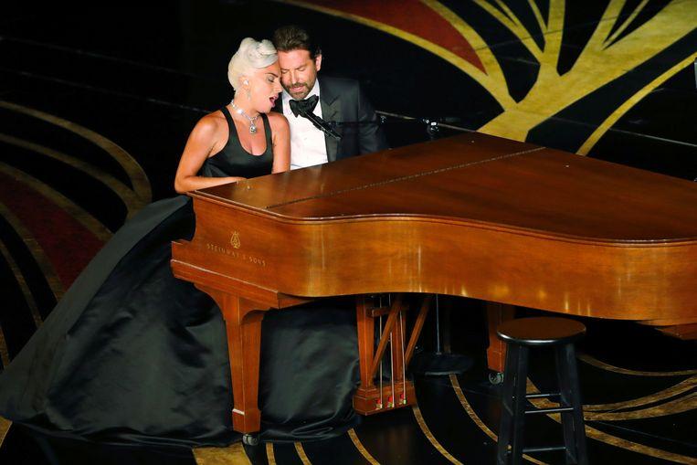 """Lady Gaga en Bradley Cooper zingen """"Shallow"""" uit de film """"A Star Is Born"""" op de Oscars."""