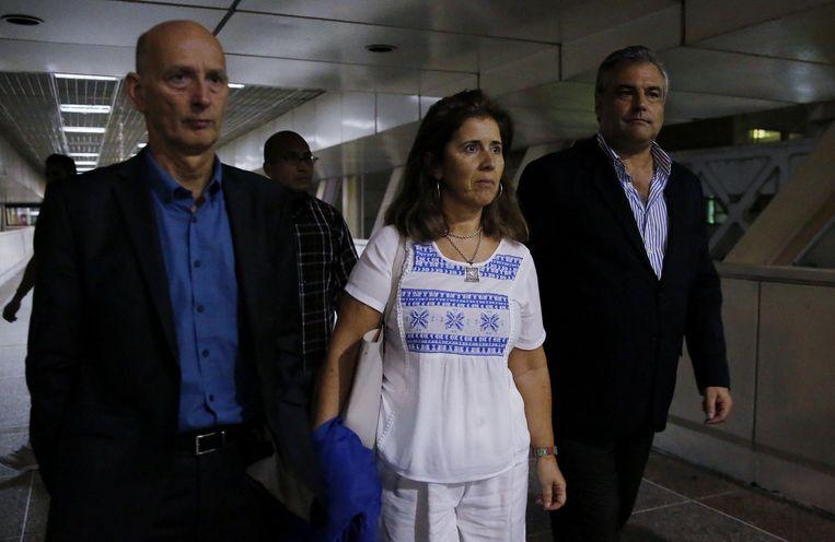 De Spaanse ambassadeur in Venezuela Jesus Silva (r), de Nederlandse ambassadeur in Venezuela Norbert Braakhuis (l) en EU-ambassadeur Isabel Brilhante (m) verlaten het vliegveld in Caracas, waar ze wachtten op de Europarlementariërs. Beeld EPA