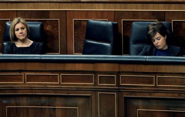 María Dolores de Cospedal (links) en Soraya Sáenz de Santamaría tijdens een debat in het Spaanse parlement  Beeld EPA