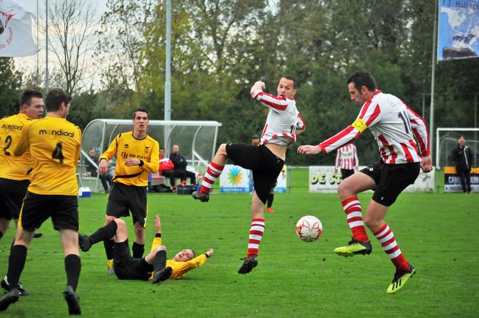 Duiveland (gele shirts) zag zaterdag de scheidsrechter ziek afhaken, ZSC'62 (rood-wit) verloor van concurrent Krabbendijke.