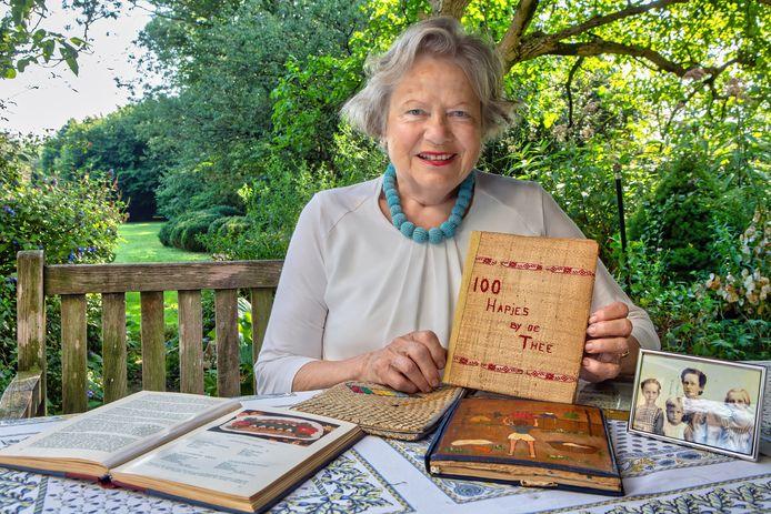 Gonne Doorman met een boekje dat ze kreeg op haar zesde verjaardag. 'Bizar dat je in een interneringskamp gaat bedenken wat je bij de thee kunt aanbieden.'