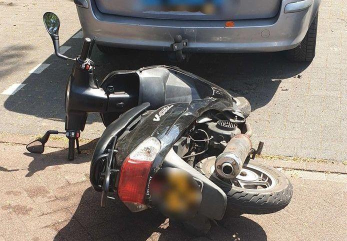 Een man uit Veenendaal is door de politie voor de elfde keer betrapt op het rijden zonder geldig rijbewijs. Hij botste op zijn vlucht ook nog tegen een geparkeerde auto.