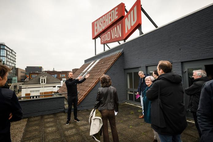 Peter Oosterwijk van WARP Technopolis geeft een rondleiding in het oude VVV-pand aan het Stationsplein. Hier moet een broedplaats ontstaan voor creatieve technologie.
