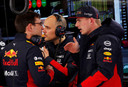 Max Verstappen in gesprek met Pierre Wache, de td van Red Bull.