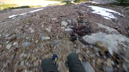 Parachutist vliegt gevaarlijk dicht langs bergwand