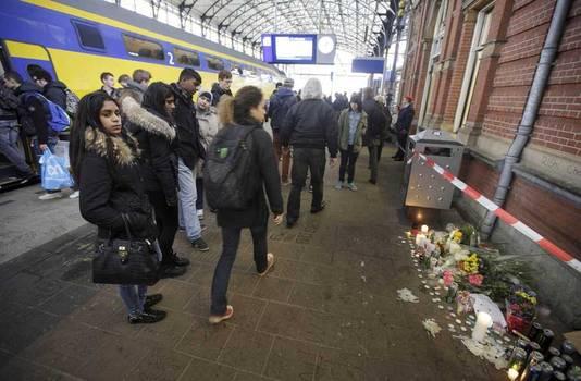 Bloemen voor de doodgeschoten Rishi op het perron van treinstation Hollands Spoor.