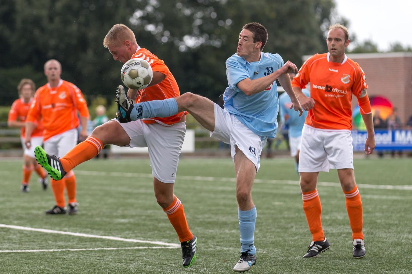 Jan van Spijker (rechts) in actie voor VV Wilsum in een wedstrijd tegen SVI in 2013.