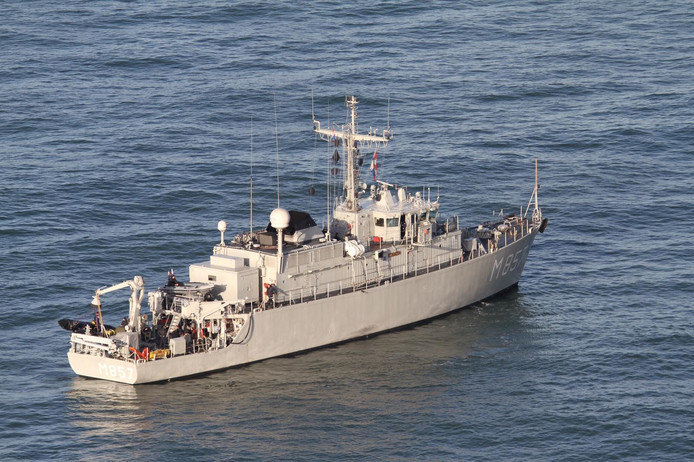 De marine bij de plek waar Urker kotter 'Lummetje' zonk.